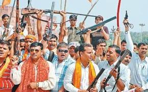 கடந்த விஜயதசமி அன்று ஆக்ராவில் துப்பாக்கிகளுக்கு பகிரங்கமாகப் பூஜை போடும் பஜ்ரங்தள் உறுப்பினர்கள்!